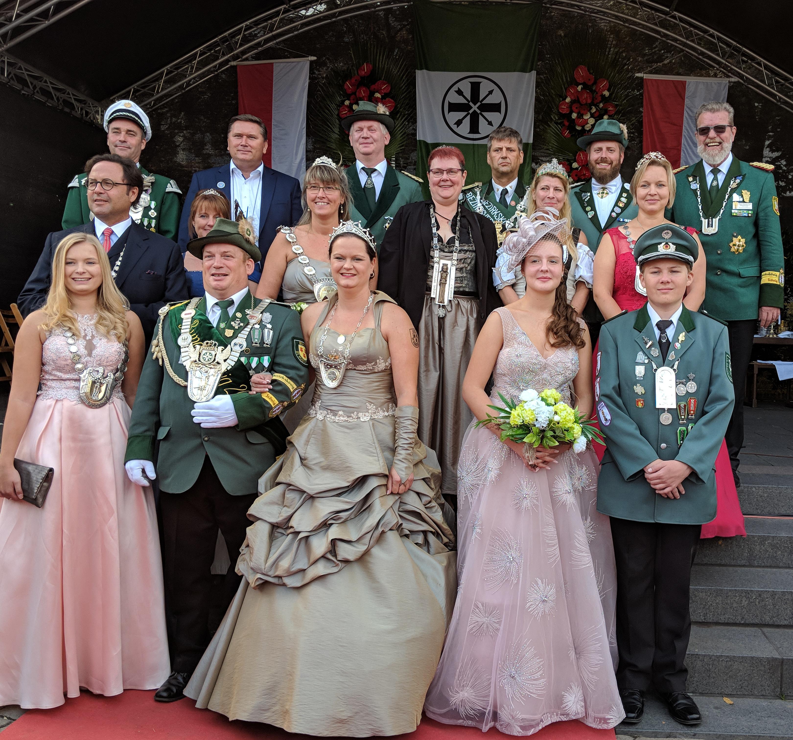 Unser Diözesankönigspaar Helga und Christian Klein inmitten aller anderen Majestäten! (Foto Irene Tuschen)